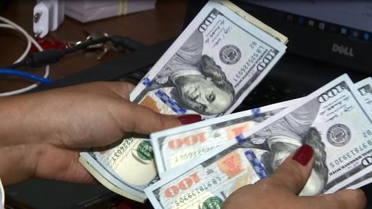 Dólar sobe e volta a encostar em R$ 3,60