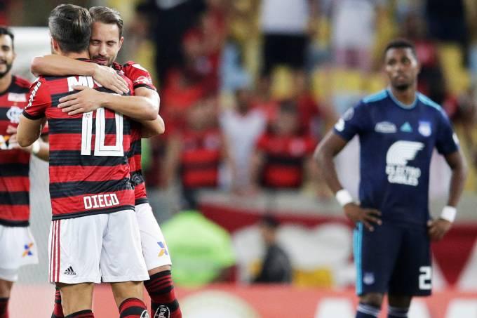 No reencontro com a torcida, Flamengo vence e avança na Libertadores